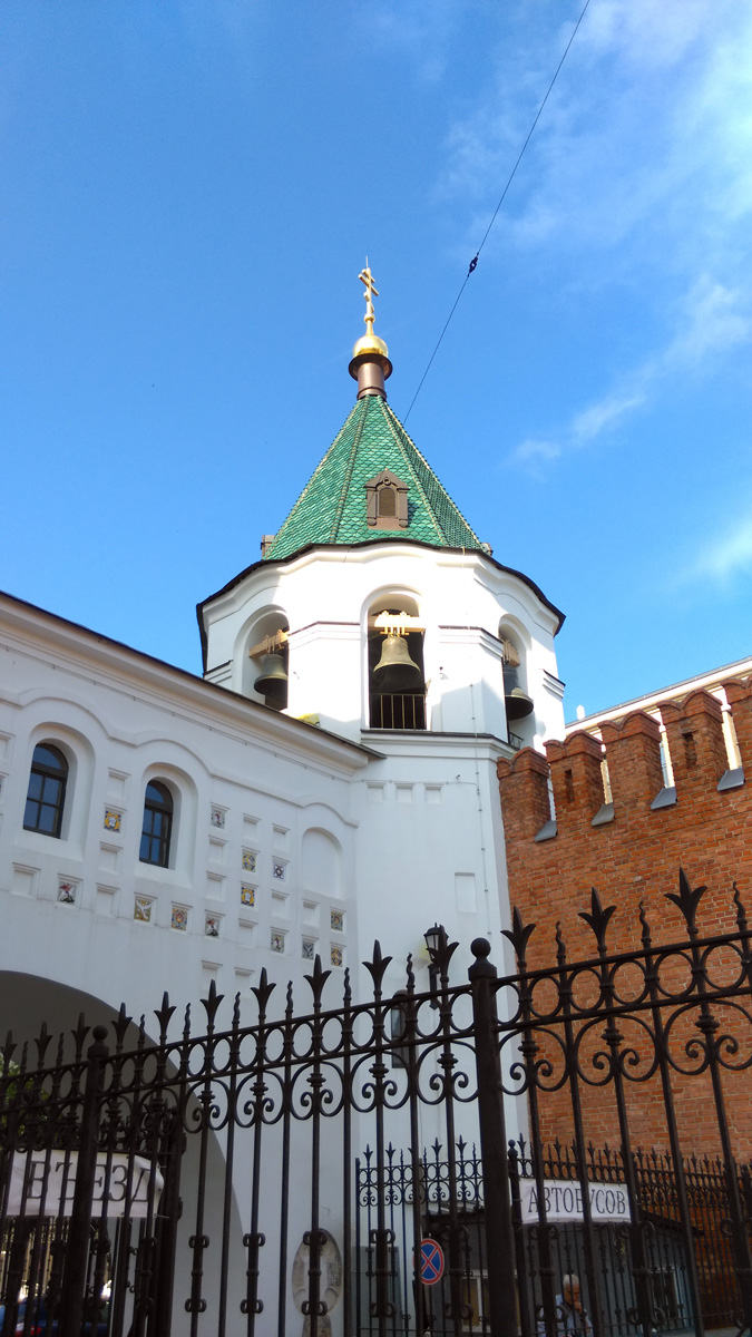 Так, стоп! А что здесь делает кремлевская стена?!
