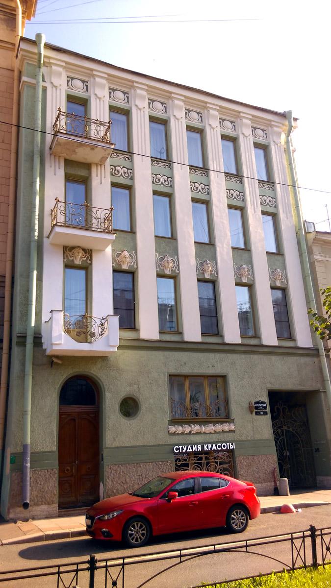 Изначально 3-х этажное здание здесь было построено еще в начале XIX века. В 1901 году архитектор Карл Валерианович Бальди то ли перестроил это здание, то ли построил новое 4-х этажное для сестер Зенкевич. В 1910-х годах Зенкевичи его продали ученому агроному Михаилу Алисову. После революции в доме были коммунальные квартиры. Несколько лет назад дом был расселен, отремонтирован и в нем теперь гостиница и студия красоты.