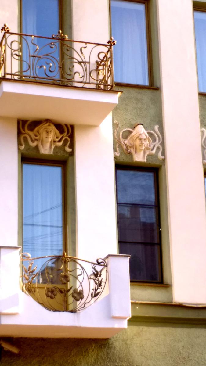 Дом выглядит одновременно и строгим и изысканным. Четкие вертикальные белые линии и причудливые узоры лепнины и кованных решеток...