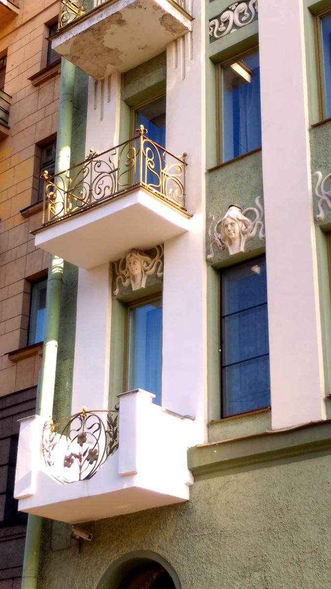 Решетки на балконах выполнены в едином стиле, но у каждого свой индивидуальный рисунок.