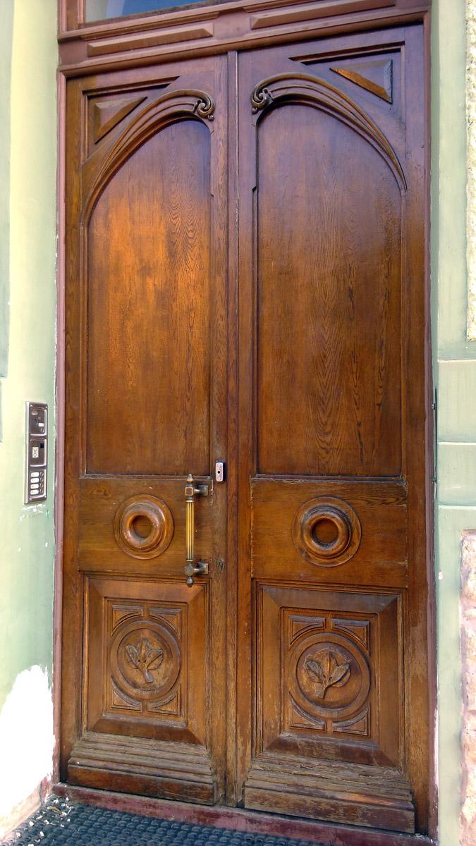 Двери достаточно строгие. И если не ошибаюсь, отреставрированные родные.