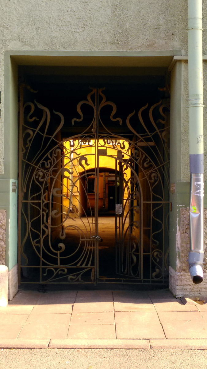 И конечно, очень красивые ворота во двор...
