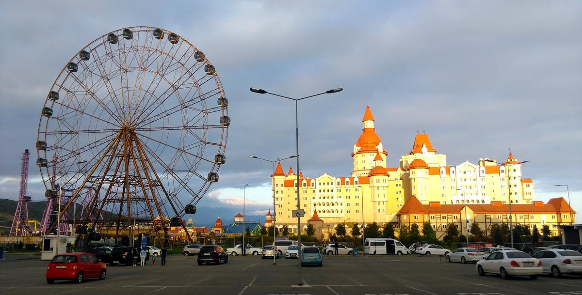 16 апреля. Олимпийский парк (Сочи) Гостиничный комплекс «Богатырь». Обратите внимание на разрыв в облаках