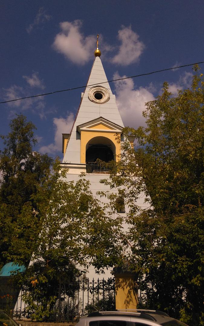 Выше звонницы со всех сторон колокольни на стене были установлены небольшого размера часы, сейчас видимо на реставрации. Венчает колокольню  яблоко с крестом.