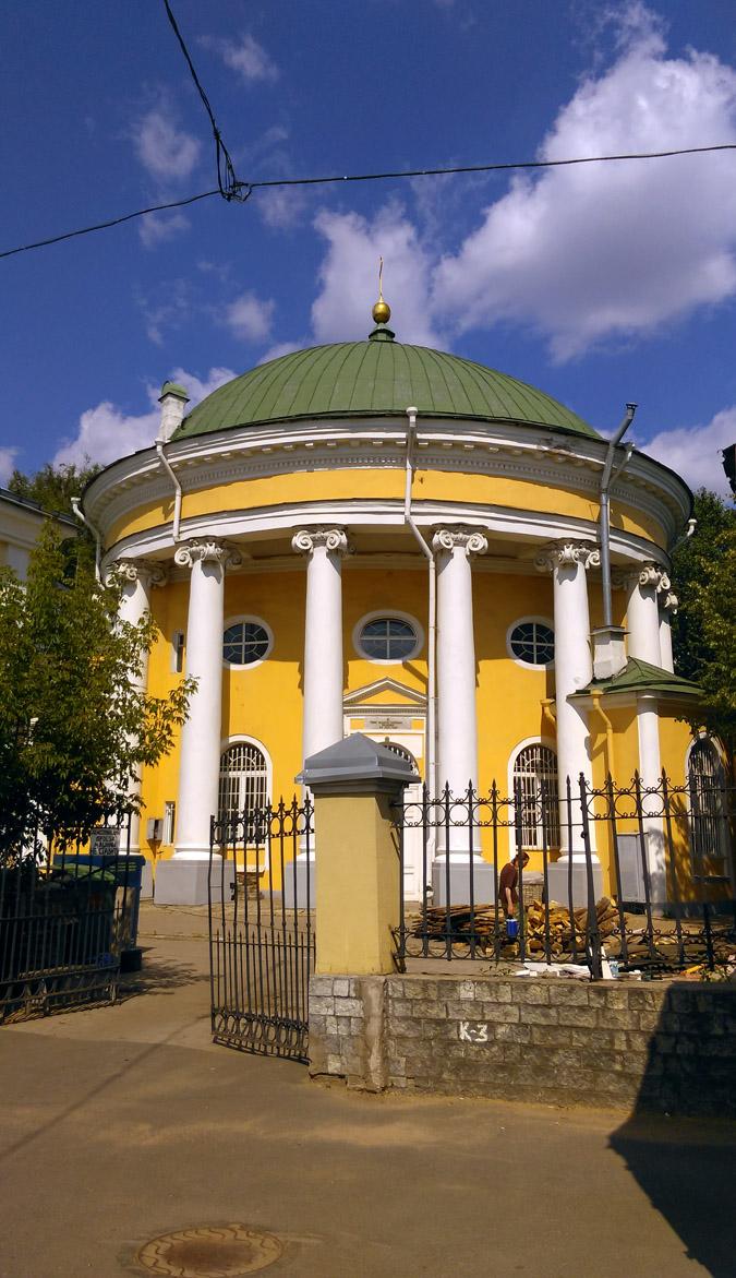 Сама церковь, имитирующая кулич, представляет собой круглое здание в виде ротонды, окруженное колоннадой из 16-ти колонн ионического ордера и увенчанное низким куполом без барабана. Само здание покрашено в желто-коричневатый «питерский» цвет, купол — в зеленый. На втором ярусе имеются овальные окна, подкупольная часть церкви декорирована фризом. Купол увенчан яблоком с крестом.