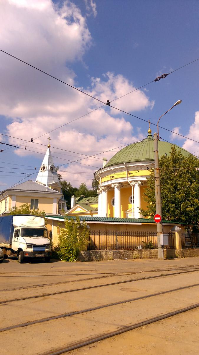Слева, за грузовичком видно новодельное здание, которое испортило вид на архитектурный ансамбль, как и сараюшка на переднем плане...