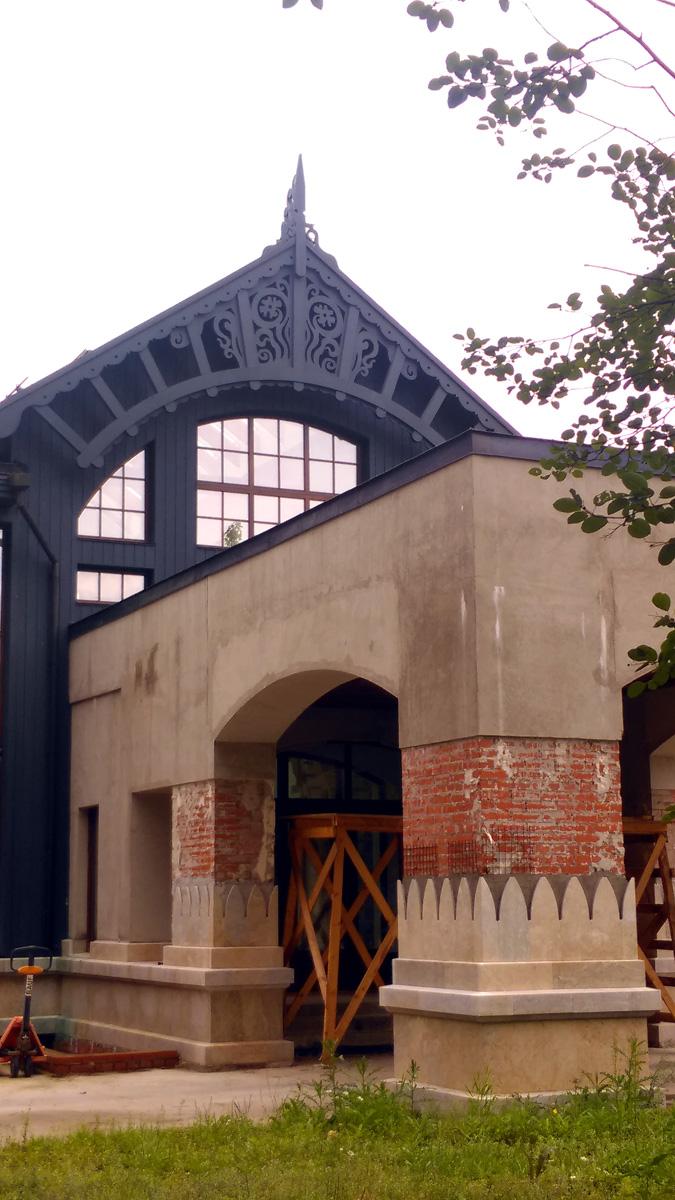 Круговая ул. д. 27. Интересно посмотреть здание после окончания стройки.. Предполагаю, что на колоннах на голый кирпич должна лечь керамическая плитка.