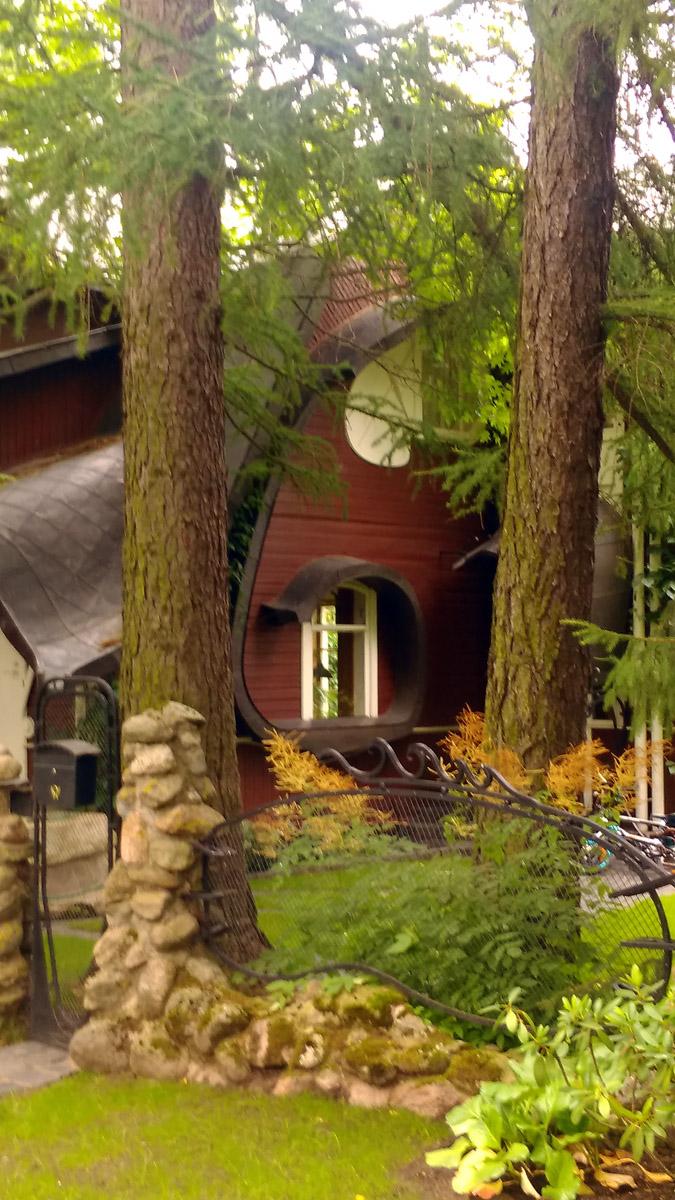 Рядом небольшой, но очень симпатичный и наверно уютный домик....