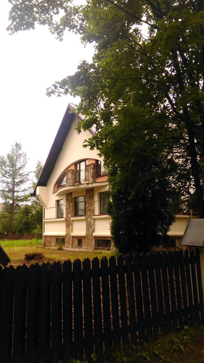 Напротив еще один особняк архитектора Ивана Князева.