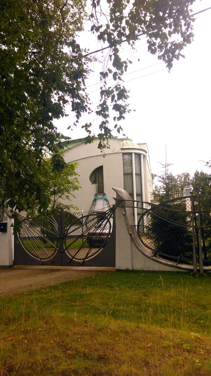 А у этого особняка, расположенного на улице Садовая, дом 46,  самая оригинальная ограда и ворота...