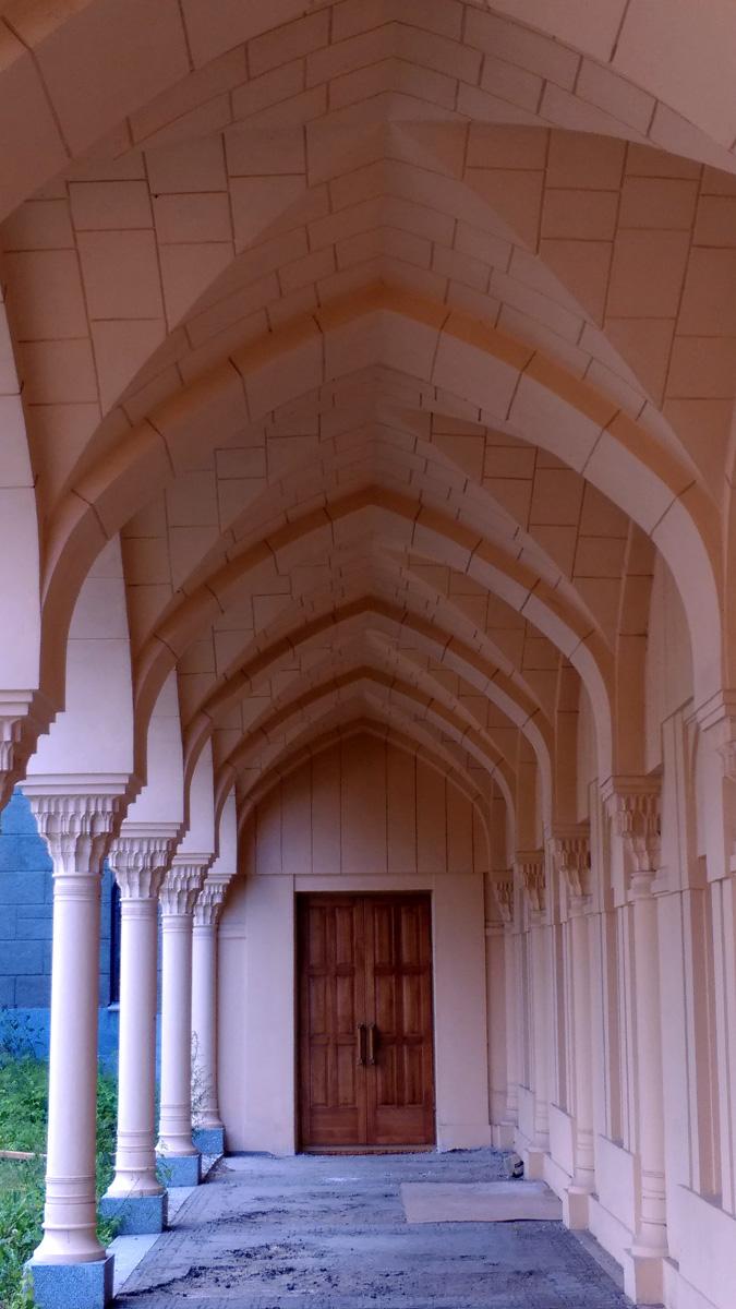 Дом омовений имеет центральное небольшое здание и отходящие от него симметрично в обе стороны красивые галереи. Мужчины и женщины заходили прощаться с усопшим через разные галереи.