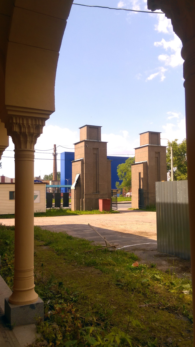 Вид от галереи на входные ворота кладбища.