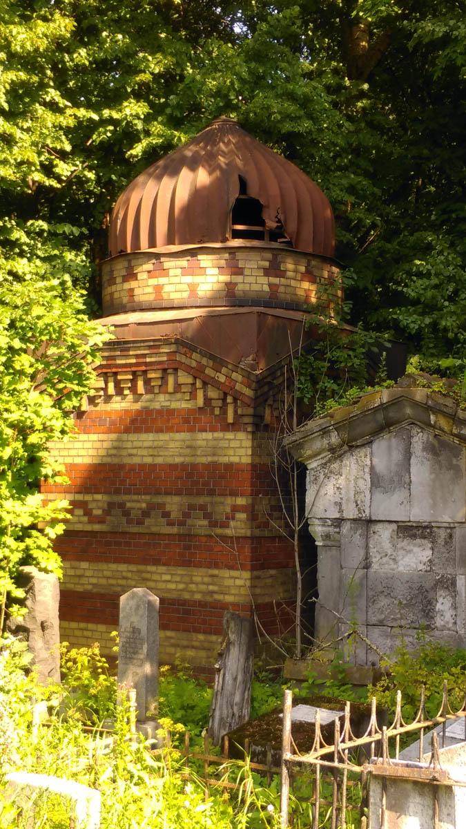 На территории кладбища расположено много склепов. Они разного размера и выполнены в разных стилях, но все в не самом лучшем состоянии...