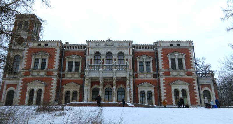 Дворец построен на искусственном насыпном холме. Землю для холма брали рядом, одновременно выкапывая пруды. Зимой от Дворца к прудам взрослые и дети съезжают на санках и лыжах.