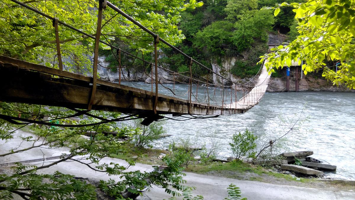 17 апреля. Подвесной пешеходный подвесной мост через р.Мзымту. За счет гнилых досок, тот еще. экстрим!