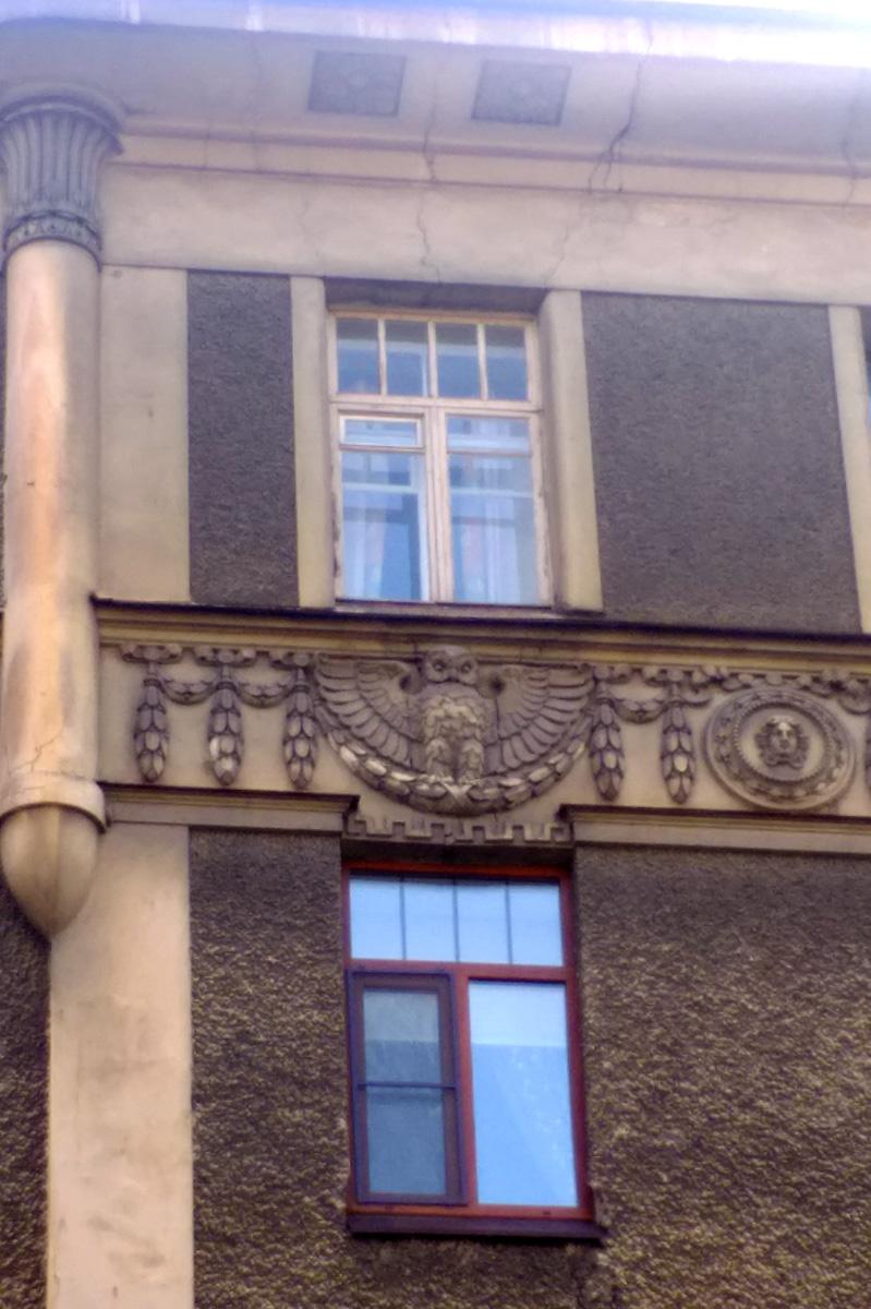 Здание украшено большим количеством лепки и рельефов. Под крышей - скульптуры сов и щит с головой медузы Горгоны, атрибут богини Афины.