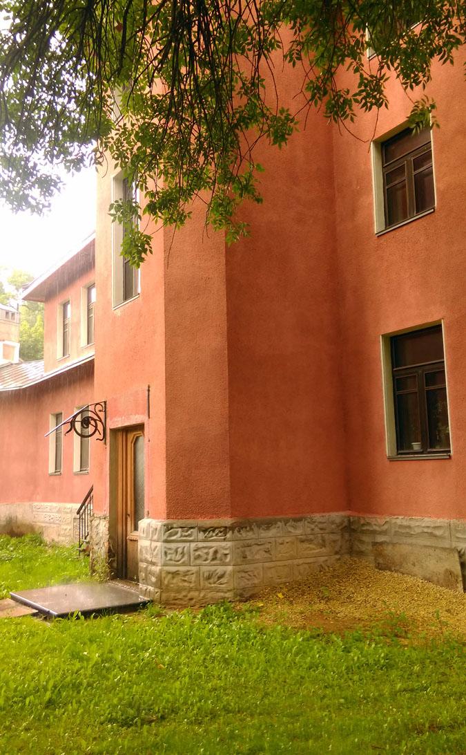 """В 1920-е годы эта роскошная двухэтажная дача получила у обывателей название на итальянский манер – """"Вилла Миранда"""". В те годы здесь размещался Клуб-Казино """"Павловск""""."""