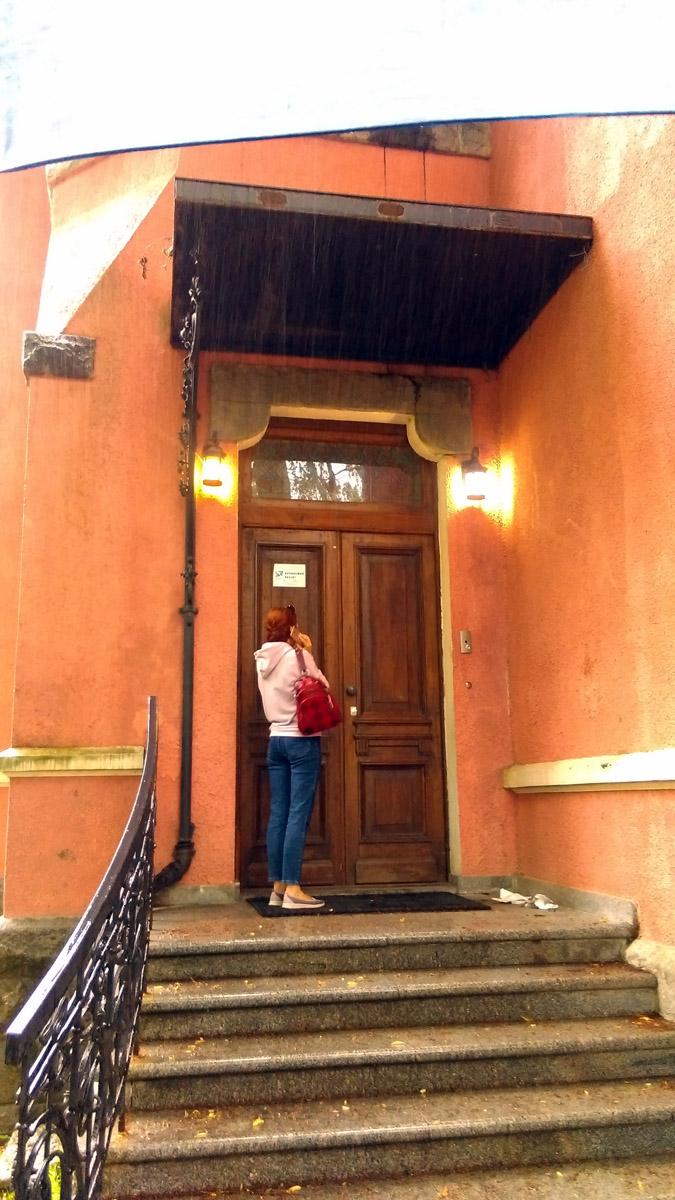 Я думал, эта девушка ждет, когда ей откроют дверь, но она просто пережидает дождь под козырьком...