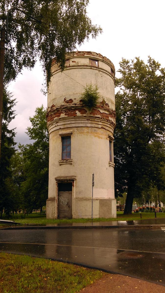 Заодно, фото водонапорной башни 1946 года постройки неподалеку...