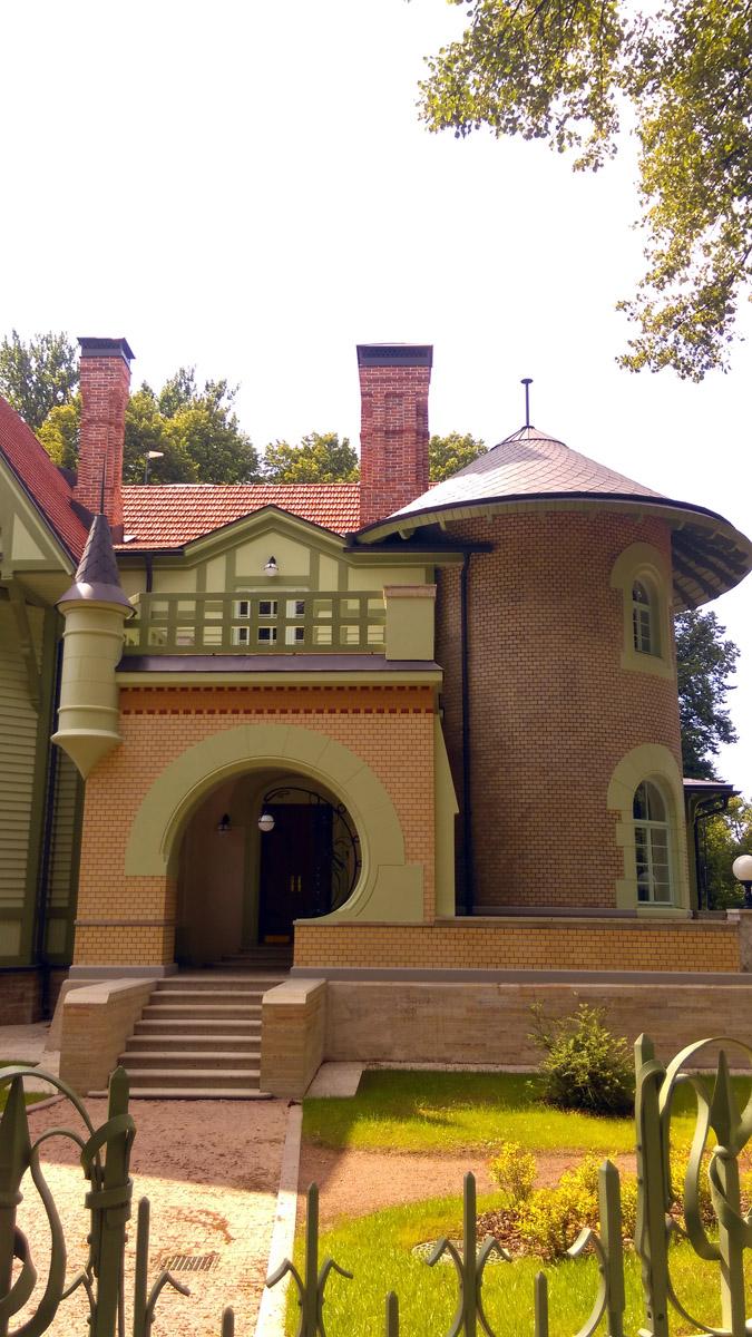 В 1918 году в особняке разместили 3-ю детскую колонию имени Луначарского. Потом долгие годы тут был санаторий-профилакторий Ленинградского Металлического завода.