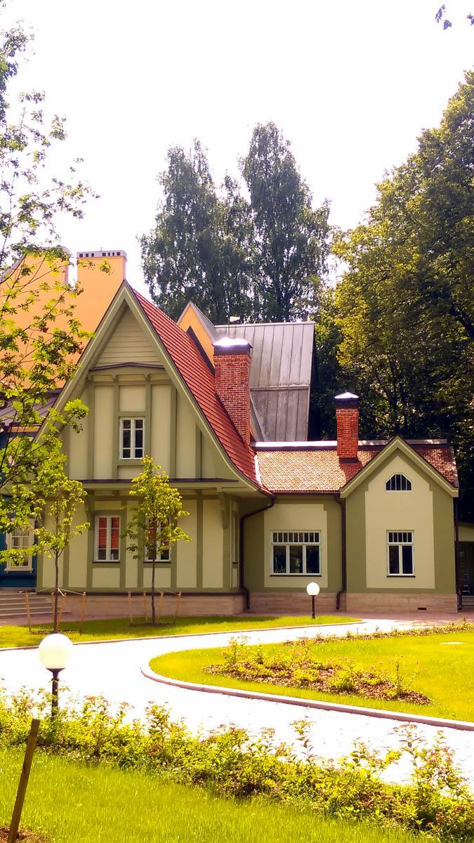 Служебные постройки дачи, так же отреставрировали...