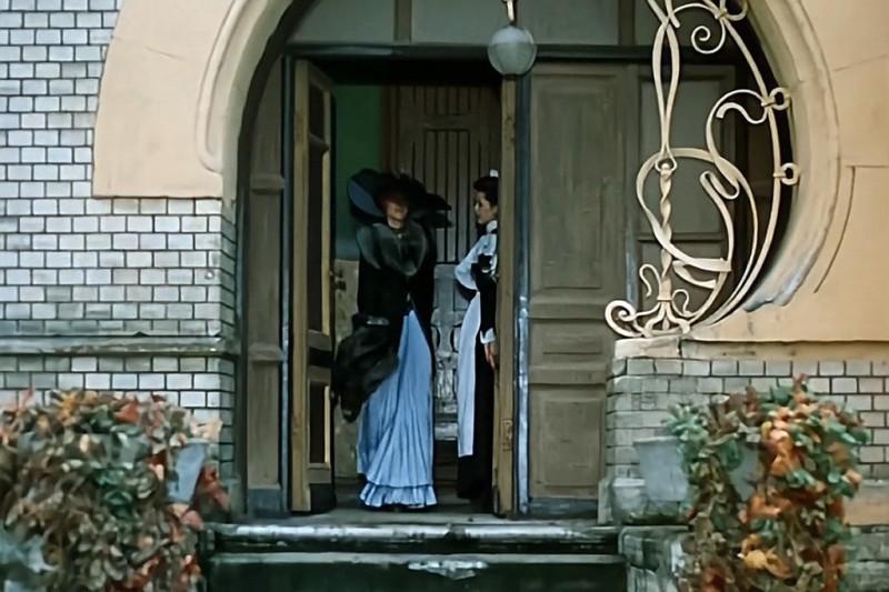 Кадр из знаменитого фильма... Элегантная Ирэн Адлер и узнаваемый входной портал...