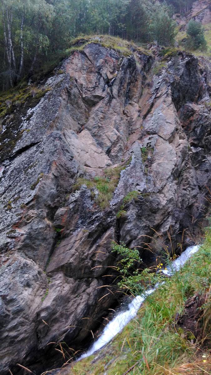 В результате дошли, а точнее будет сказать, вскарабкались до небольшого водопада.