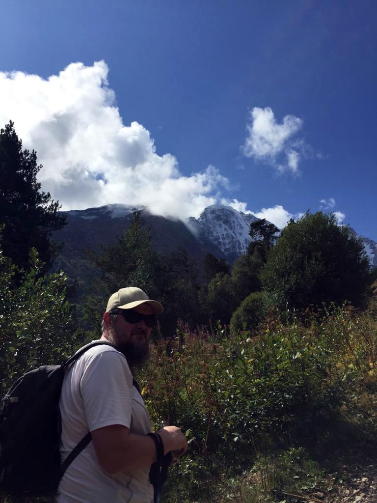Я на фоне снежных вершин и синего неба с белыми облачками. Эх! Повезло, все-таки, с погодой!