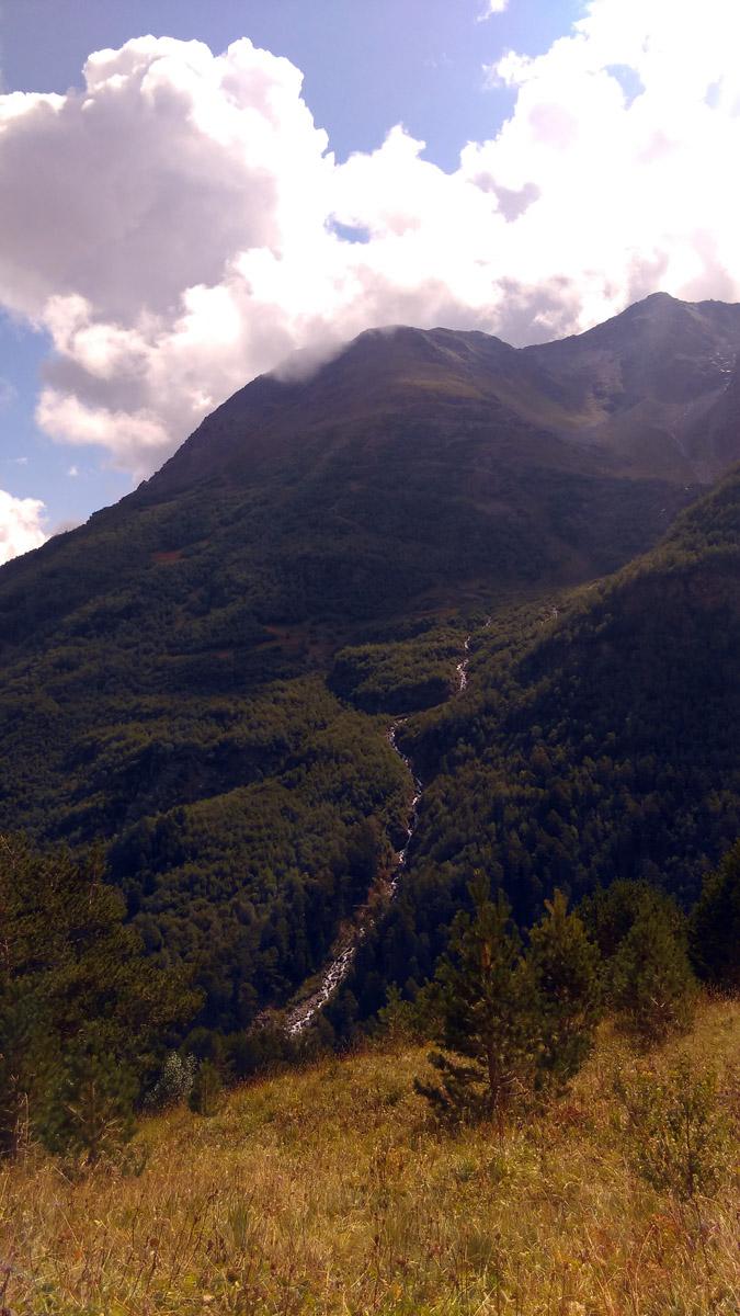Шустрый ручей бежит по склону Донгузорун-Гитче-Чат-Баши. Красота!
