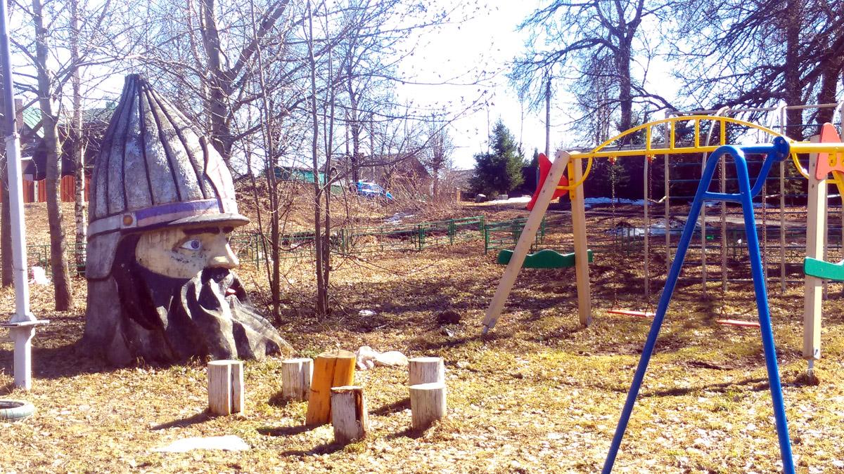В селе Вишняково на детской площадке обнаружена голова богатыря.