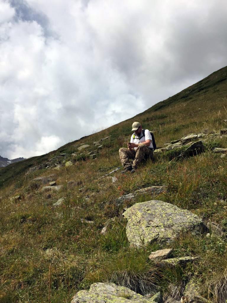 Присел на склоне Чегета отдохнуть перед крутым подъемом и выложить в Инсте фотки...