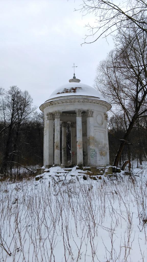 Кроме дворца, сохранилась беседка-ротонда авторства Василия Баженова. Она расположена на острове на одном из прудов усадьбы.
