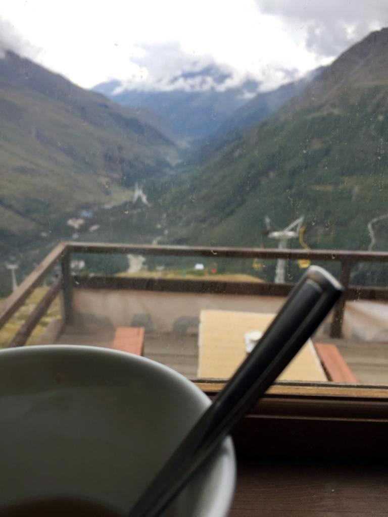 Наконец, дошли до высоты 2750м и попили чая в ближайшей к тропе кафешке. Восхождение до этой высоты заняло почти три часа.