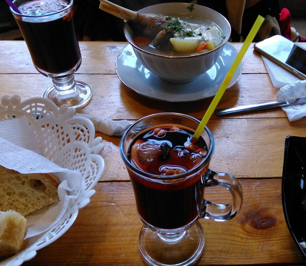 Наконец, Поляна Чегет и кафе Эдельвейс. Горячий глинтвейн в самый раз в такую погоду..