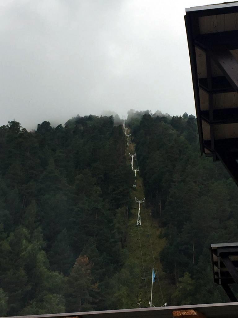 Склон горы Чегет и канатка. Фото сделано через день, но погода так и не наладилась.