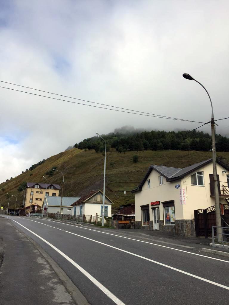 Утро третьего дня напоминало предыдущий день. Вершины гор в облаках. Проходим через поселок Терскол...