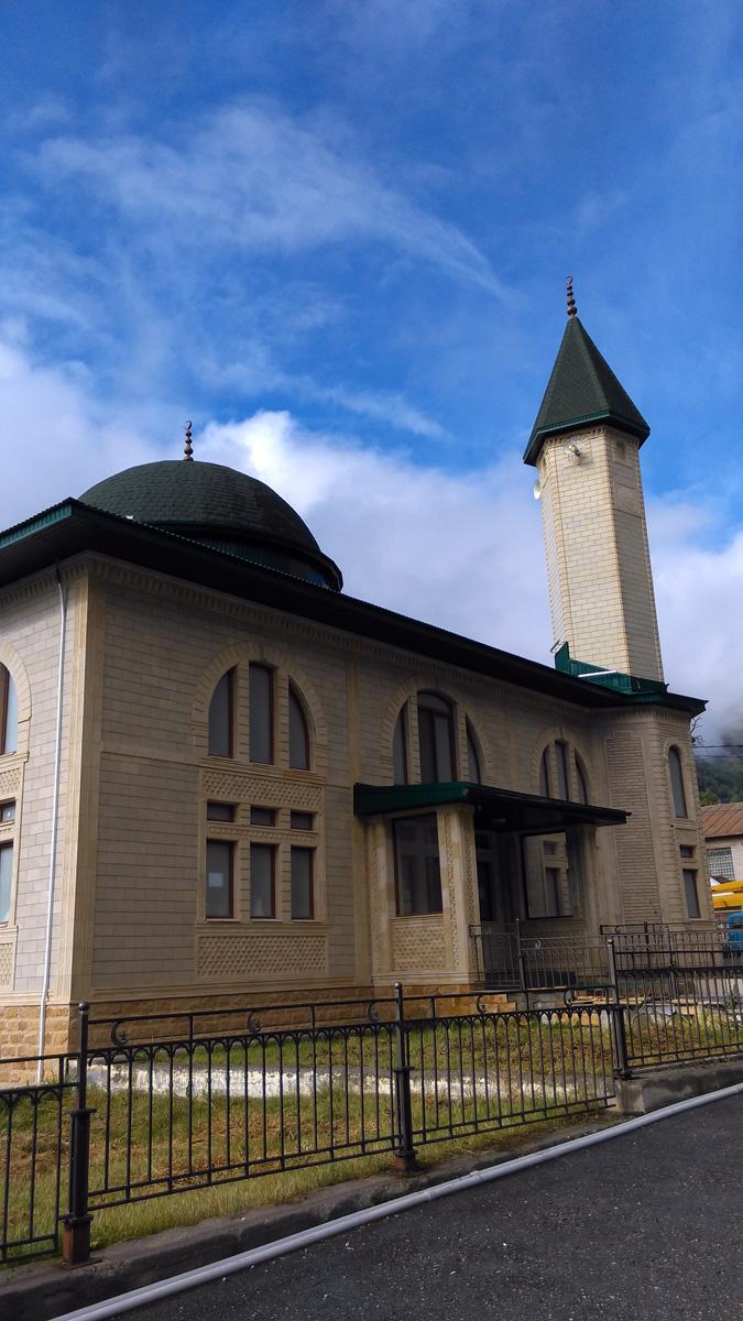Мечеть в Терсколе на фоне голубого неба...