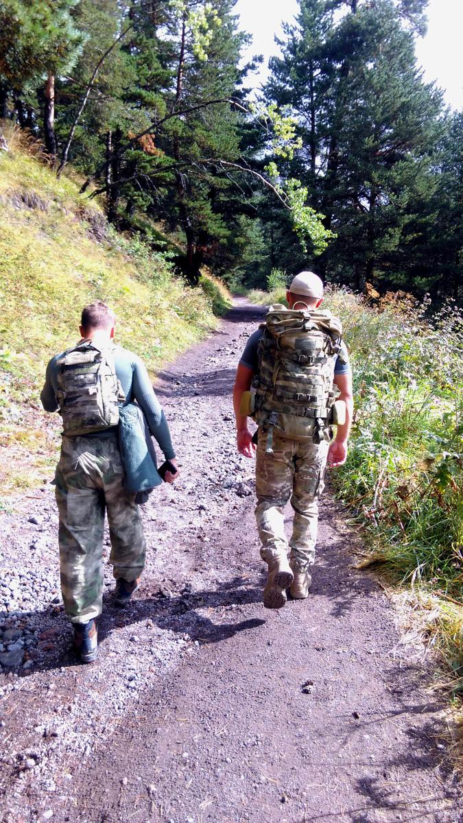 Три группы военных то обгоняют нас, то отстают. На некоторых наши рюкзаки и прочее снаряжение.