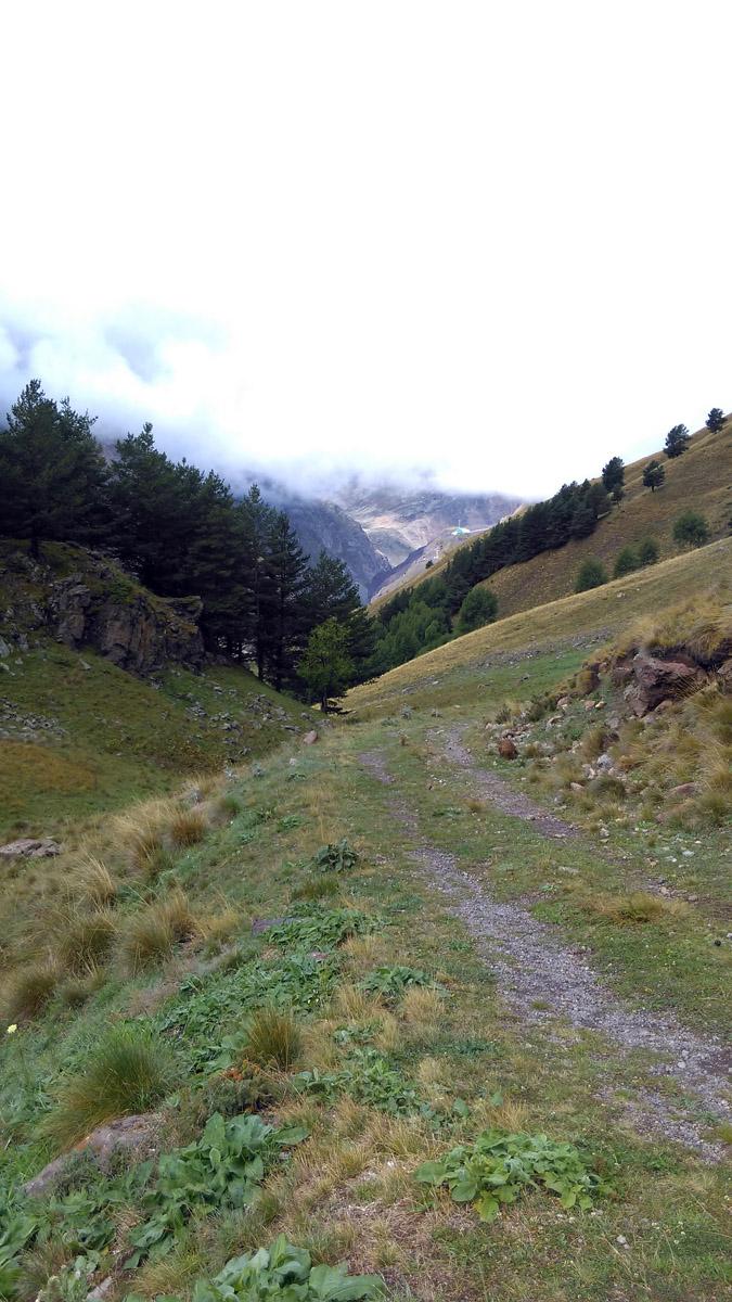 Вдали еще видна поляна Азау. А я скоро подымусь до высоты, где уже лежит облако...