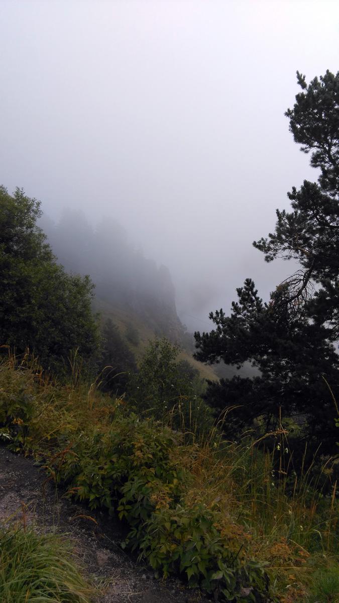 Ближайшие скалы уже в туманной дымке, ну или облачной...
