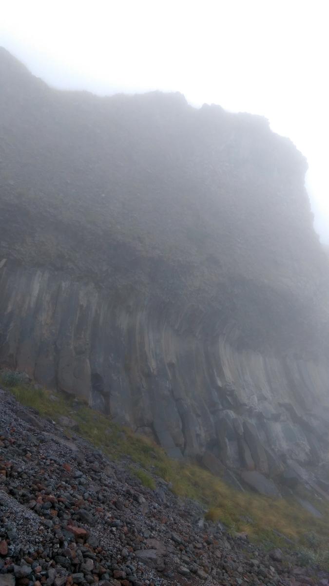 красивые застывшие выходы лавы Эльбруса окутаны туманом...