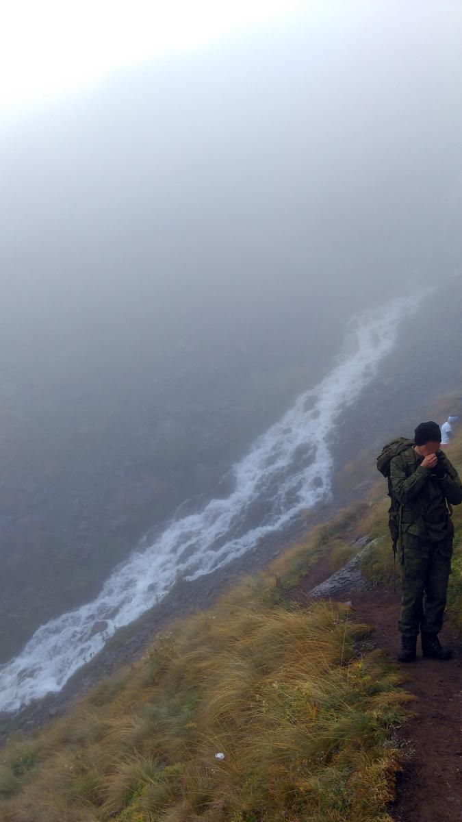 Наконец-то, вышли на тропинку ведущую к водопаду. На встречу идут военнослужащие и туристы. Аккуратно расходимся на узкой дорожке.