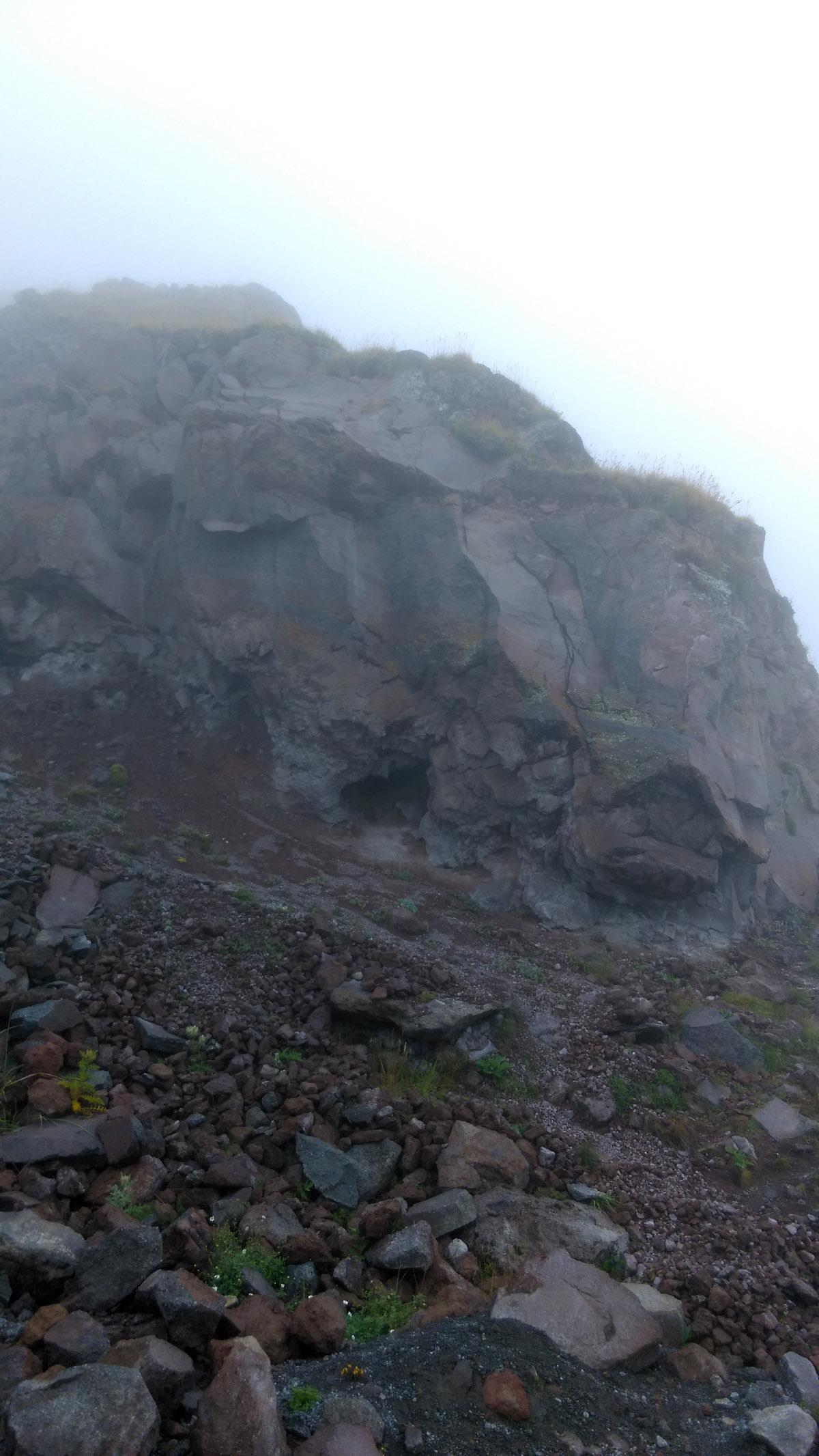 С каждым шагом идти становилось все труднее. Температура падала, влажность около 100процентов. Туман все гуще. Накрапывал дождь, но к счастью, без сильного ветра. Впрочем, холодно мне точно не было.