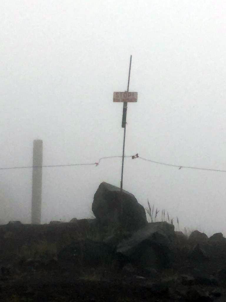 Дождь время от времени усиливается и снова затихает. А вот, туман стабильно сгущается. На одном из поворотов тропы видно ограждение территории Обсерватории.