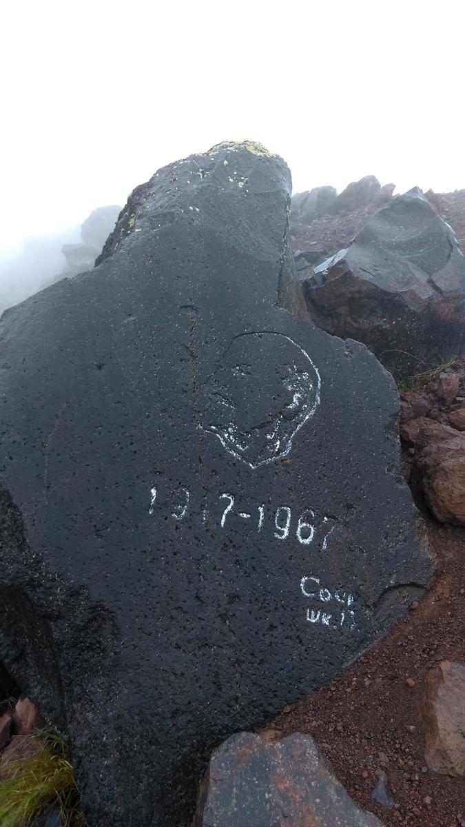 Начинаем движение в сторону 105-го Пикета... Здесь несколько камней, на которых в разные годы были сделаны надписи...
