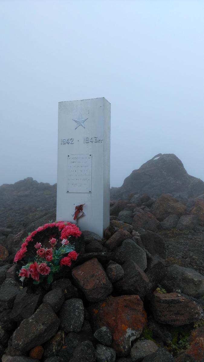 Немного не доходя до Пикета, поднялся до памятника кавалеристам 214-го полка, защищавшим подступы к Эльбрусу во время Великой Отечественной войны.