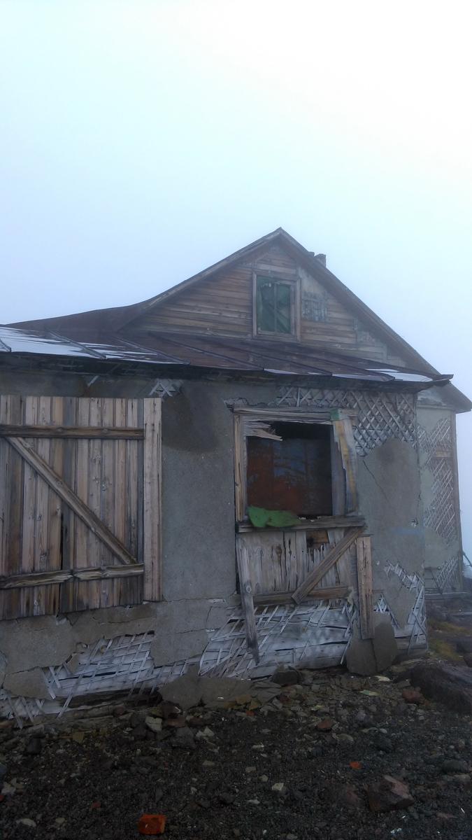 Деревянное полуразрушенное здание, бывшая метеостанция.