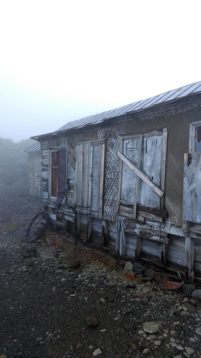 Погода и люди внесли свой вклад в разрушение здания.