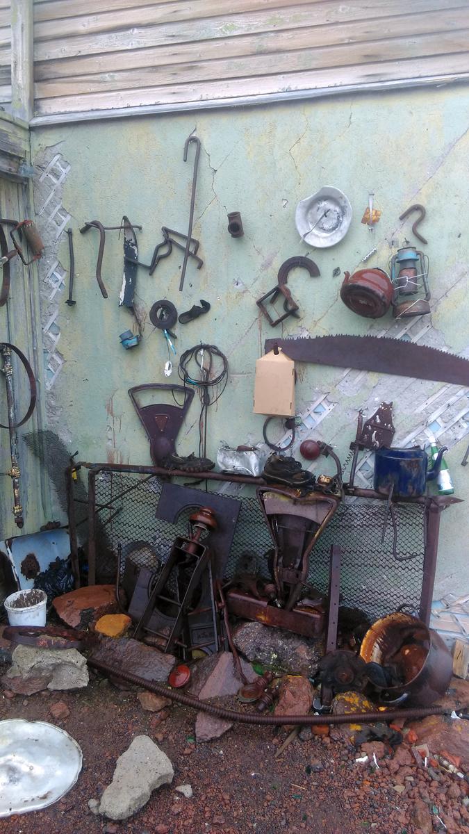 """На северной стене - самодеятельный """"музей"""" из предметов, найденных туристами в окрестностях Пикета."""