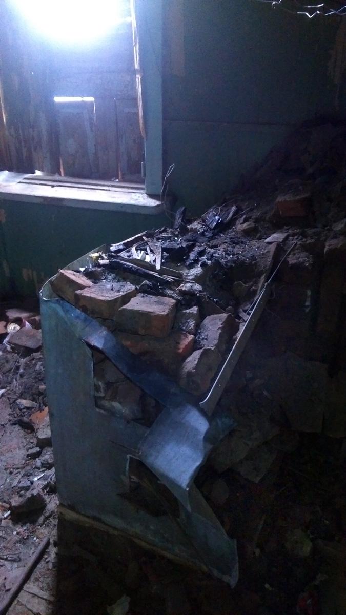 В былые времена здесь была печь и батареи отопления. Увы, сейчас печь разломали...